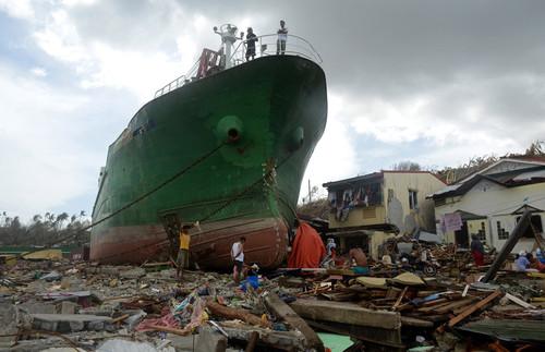 Barcos deslocados pela tempestade nas Filipinas