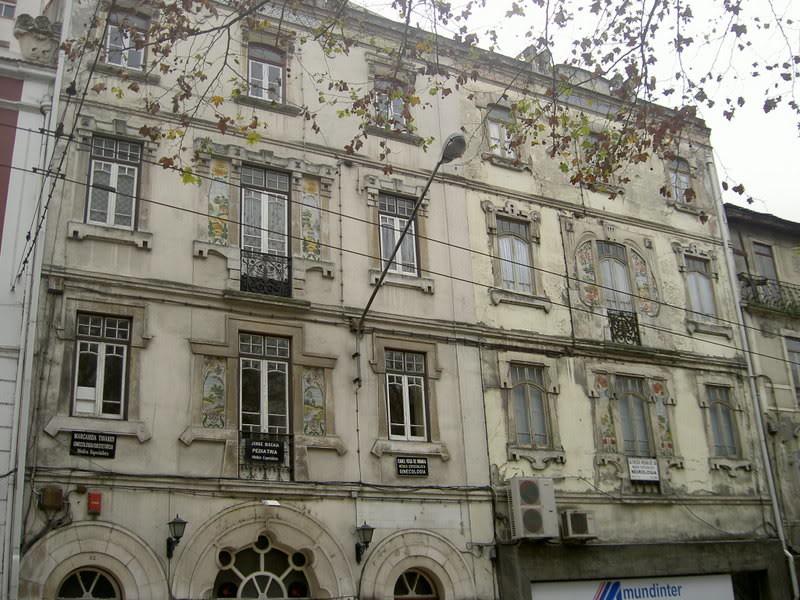 Casa decorada com azulejos da autoria de Miguel Co