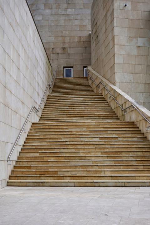 estrutura-de-escadas-na-rua-arquitetura-na-cidade-