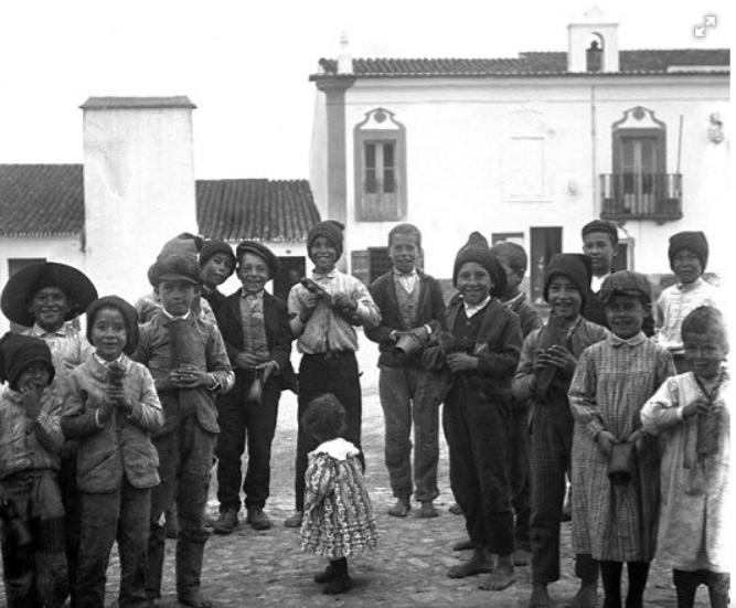 Grupo de crianças descalças.png
