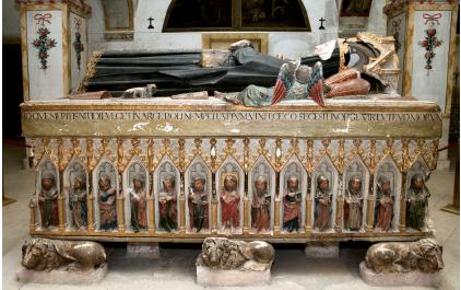 Túmulo da Rainha Santa, frontal esquerdo.png