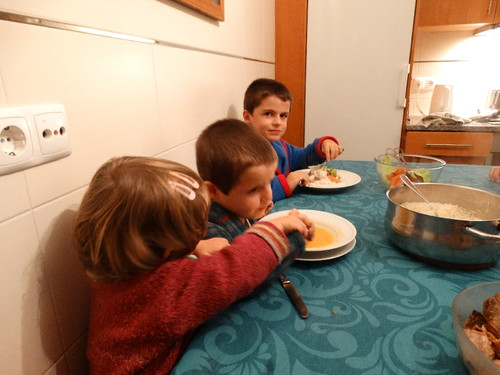 Sara ajuda António a comer 1.JPG