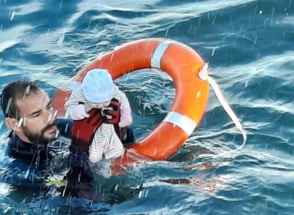 Un agente de la Guardia Civil rescata a un bebé e