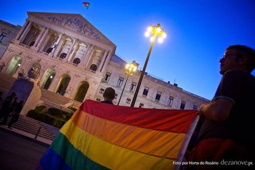 adopção gay Portugal.jpg