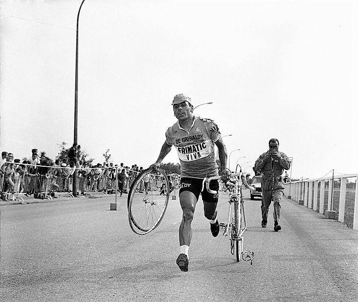 J. Agostinho corta a meta em Divonne-les-Bains.jpg