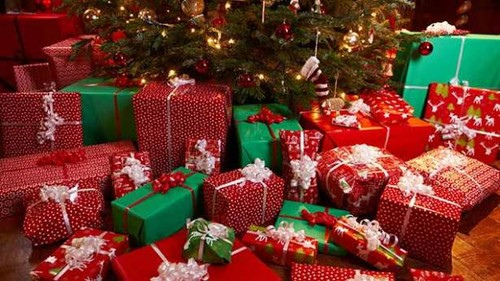 christmas-themed-gifts-ds6fdkzv.jpg