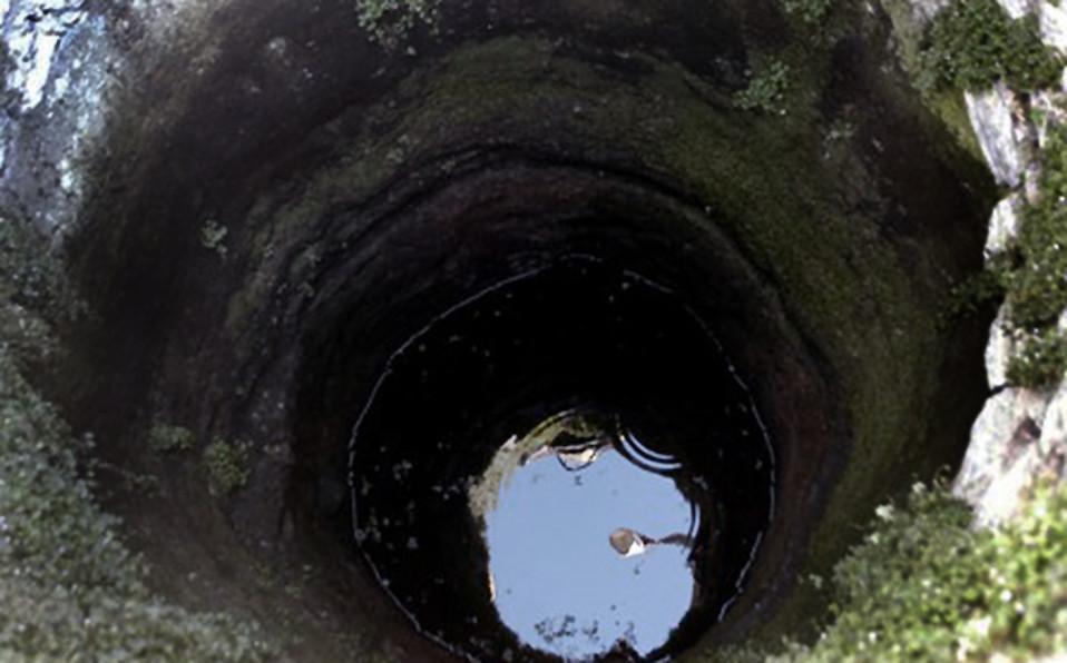Água em poço contaminado....jpg