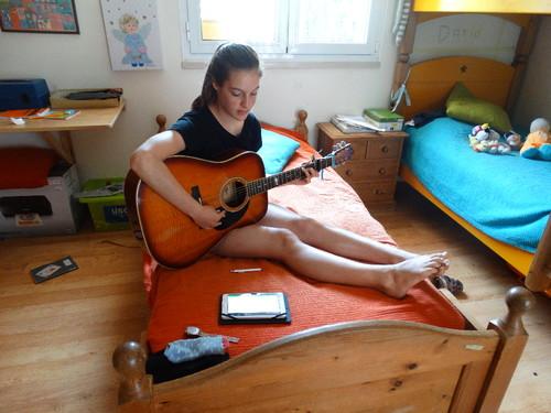 Clarinha com guitarra.JPG