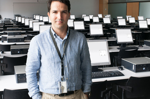José Miguel Pêgo numa sala de exames.jpg