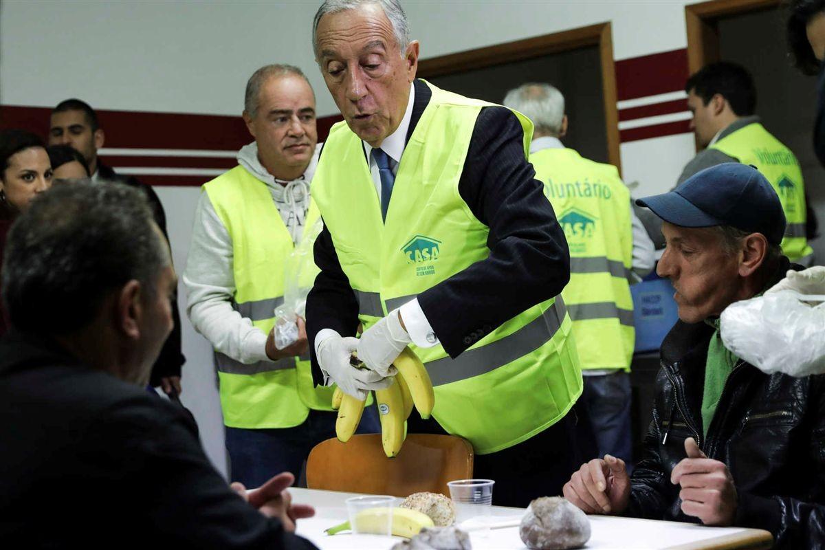 Marcelo distribui bananas a mendigos, Lisboa (J. S. Goulão, 2017)