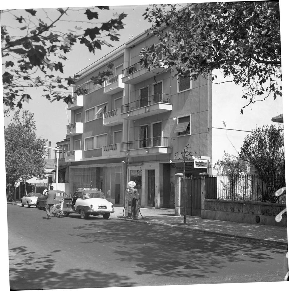 Abastecimento e pressão dos pneus, Rua Gomes Pereira (A.I. Bastos, 1961)