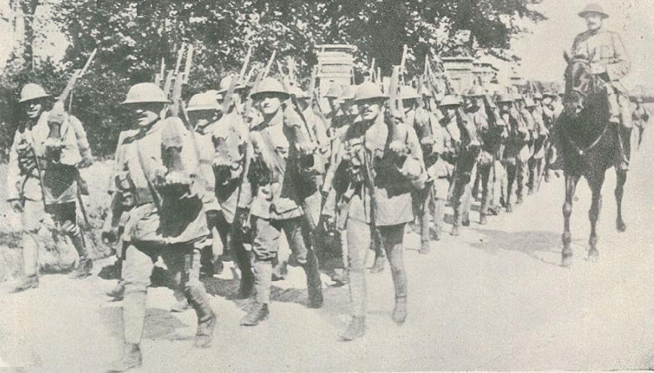 Um regimento de Infantaria Português em marcha pa