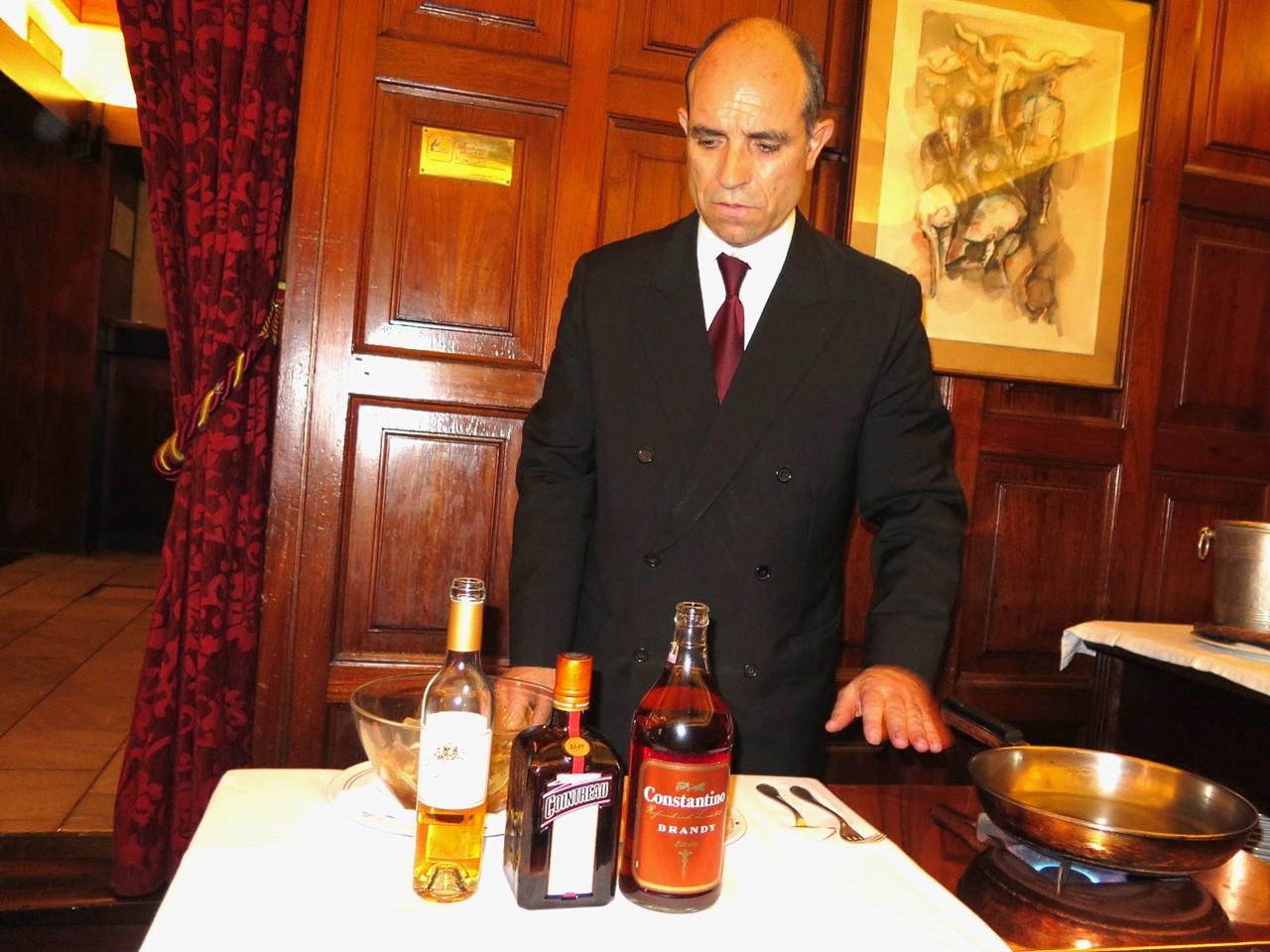 Octávio Ferreira preparando a redução de Grandjó Late Harvest, Licor Cointreau e brandy Constantino