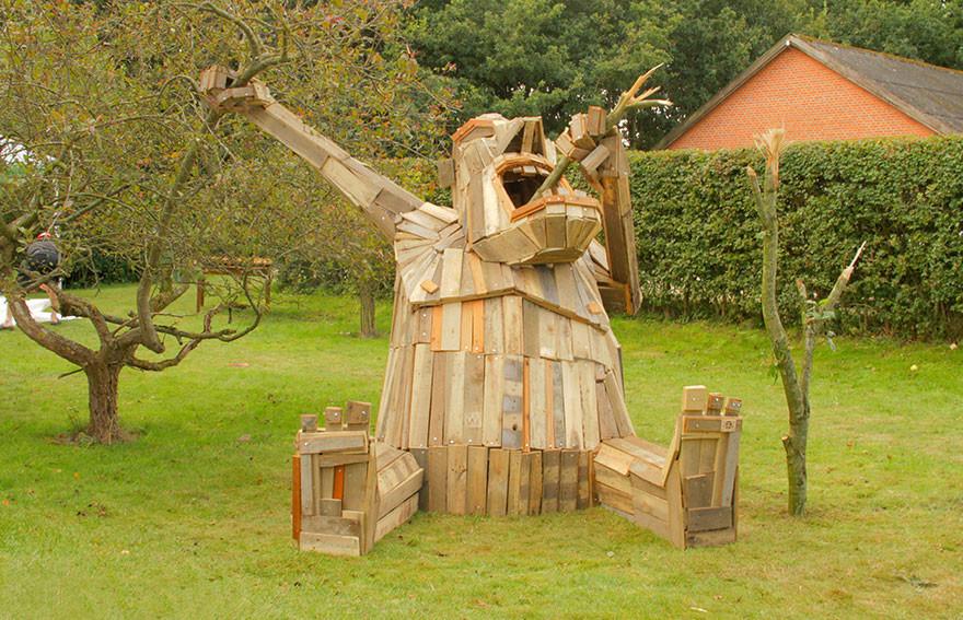 Gigantic-Wooden-Sculptures.jpg