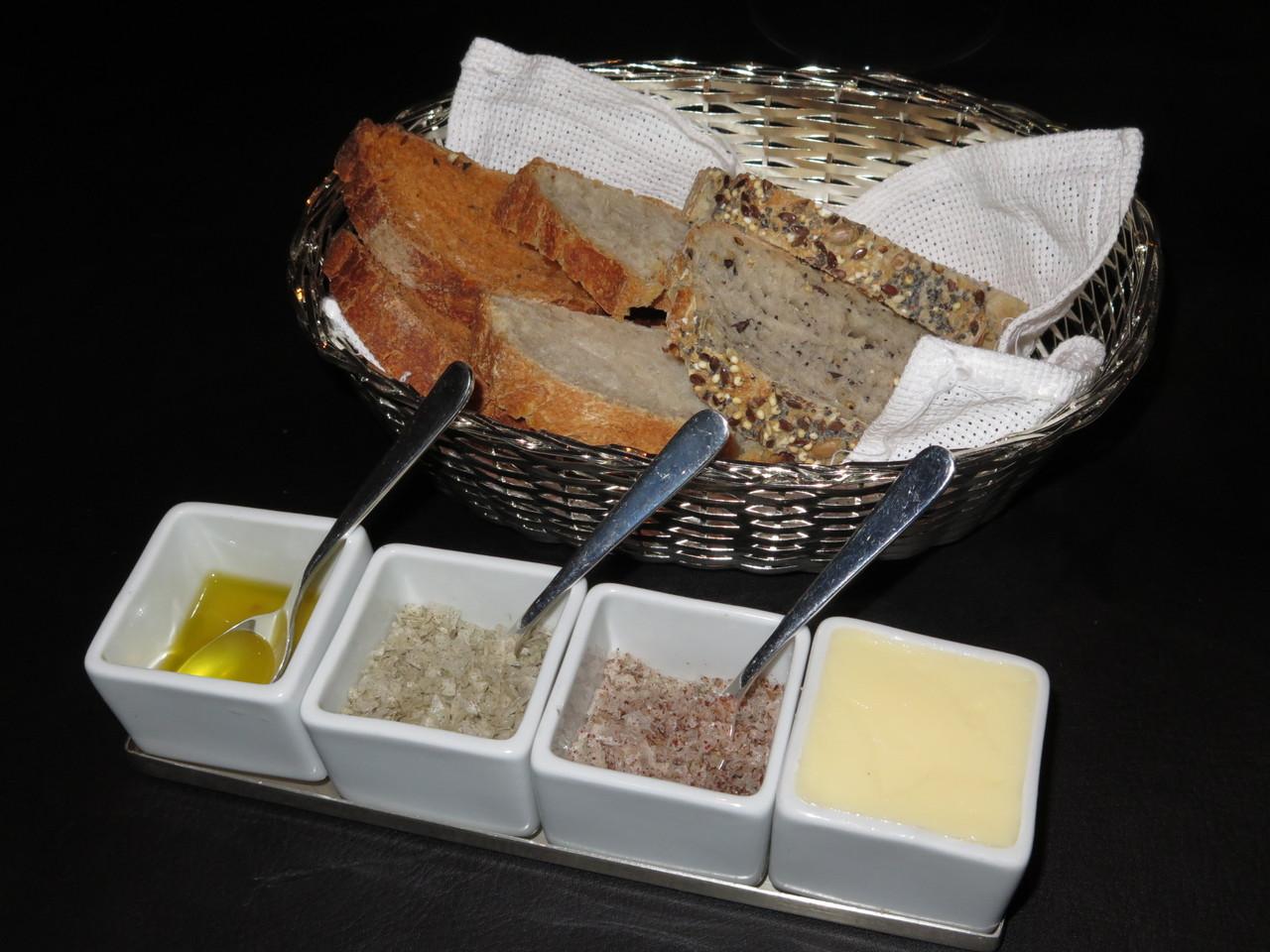 Pães, azeite, sal, manteiga