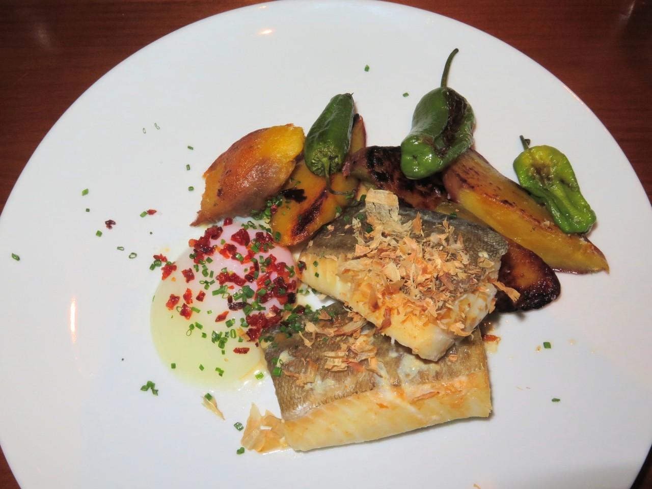 Bacalhau com miso, katsuobushi, ovo BT, batata-doce e pimentos de Padrón