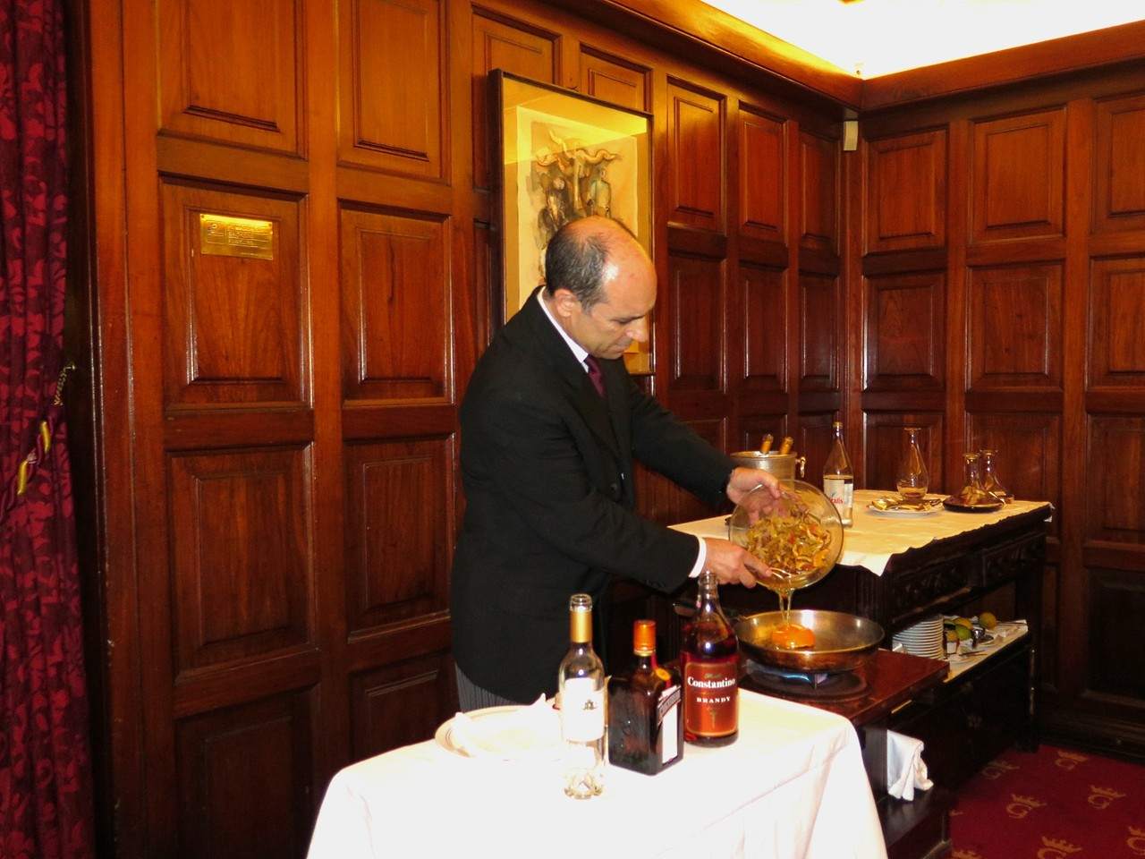 Octávio Ferreira junta a fruta macerada à redução do licor de laranja