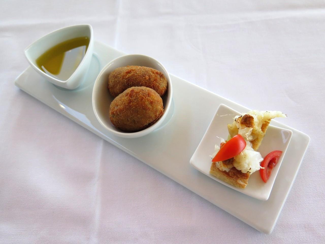 Croquetes de rabo de toiro e Mini torricados de bacalhau