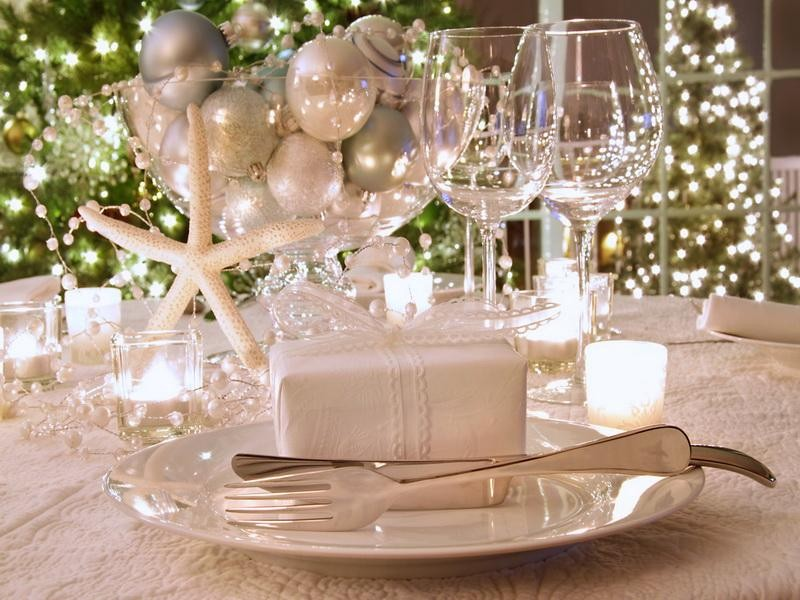 apartment__astounding_christmas_banquet_table_deco