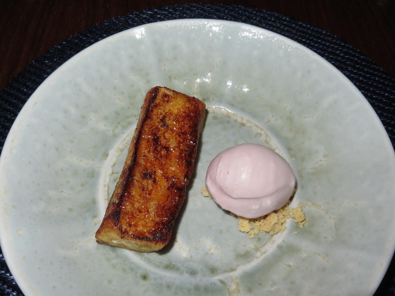 Rabanada de brioche e baunilha com maçã assada num gelado