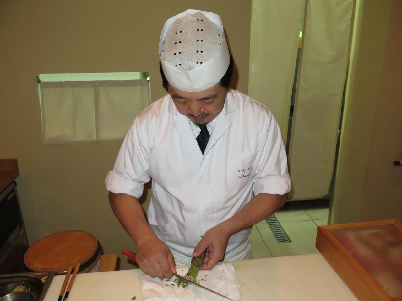Tomoaki Kanazawa e a raiz da planta Wasabia Japonica