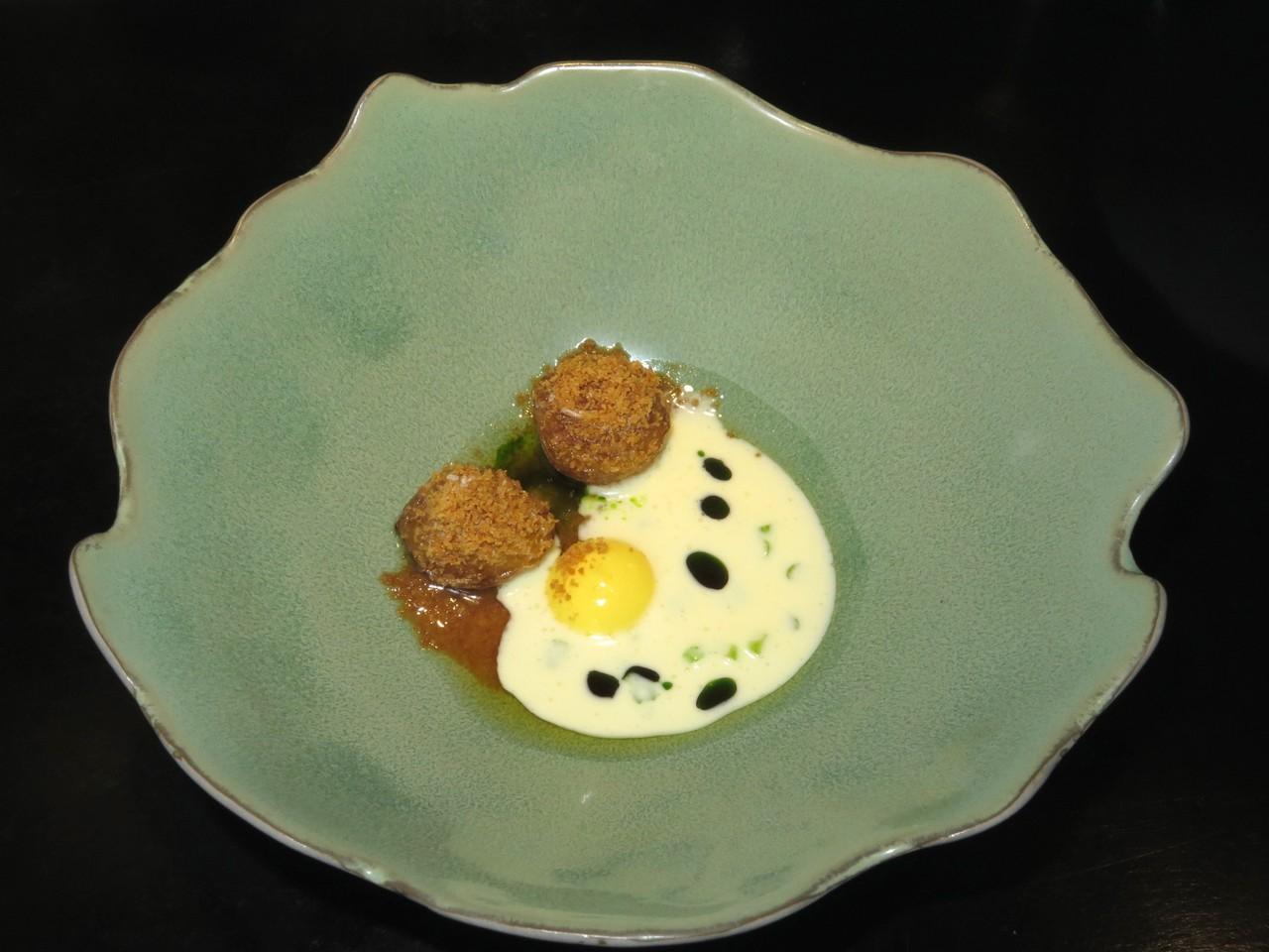 Batata, Gema de Ovo Fumada, Azeite de Salsa & Aipo Fermentado 'Beurre Blanc'
