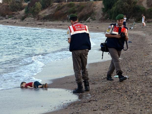 06.- menino sírio afogado.jpg