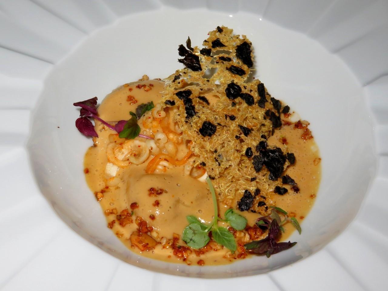 Ravioli de foie gras e Espelette / Aveludado de sardinha e lula crocante (Paulo Matias)