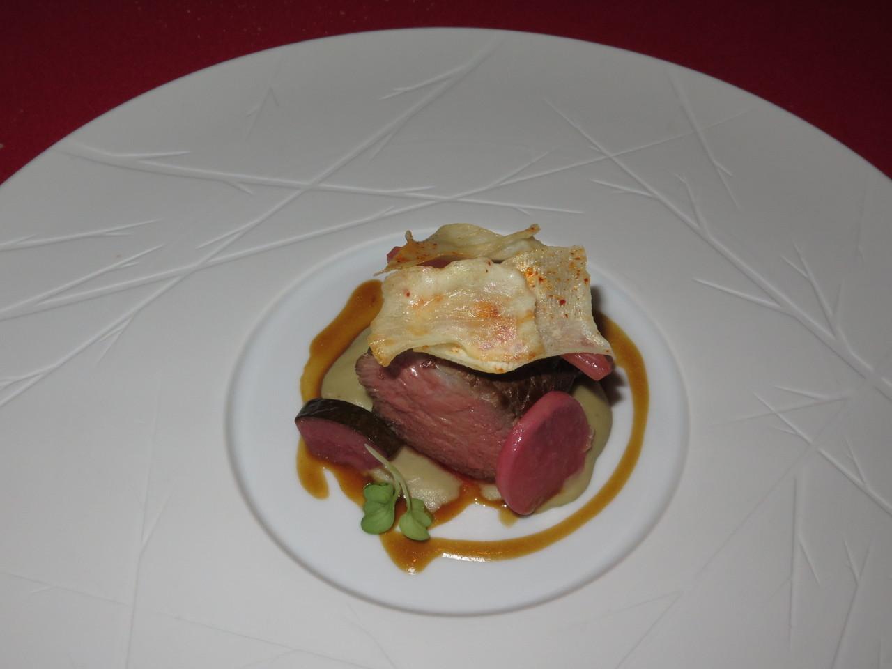 Bife marinado com soja, creme de beringela e legumes 'Carpione'