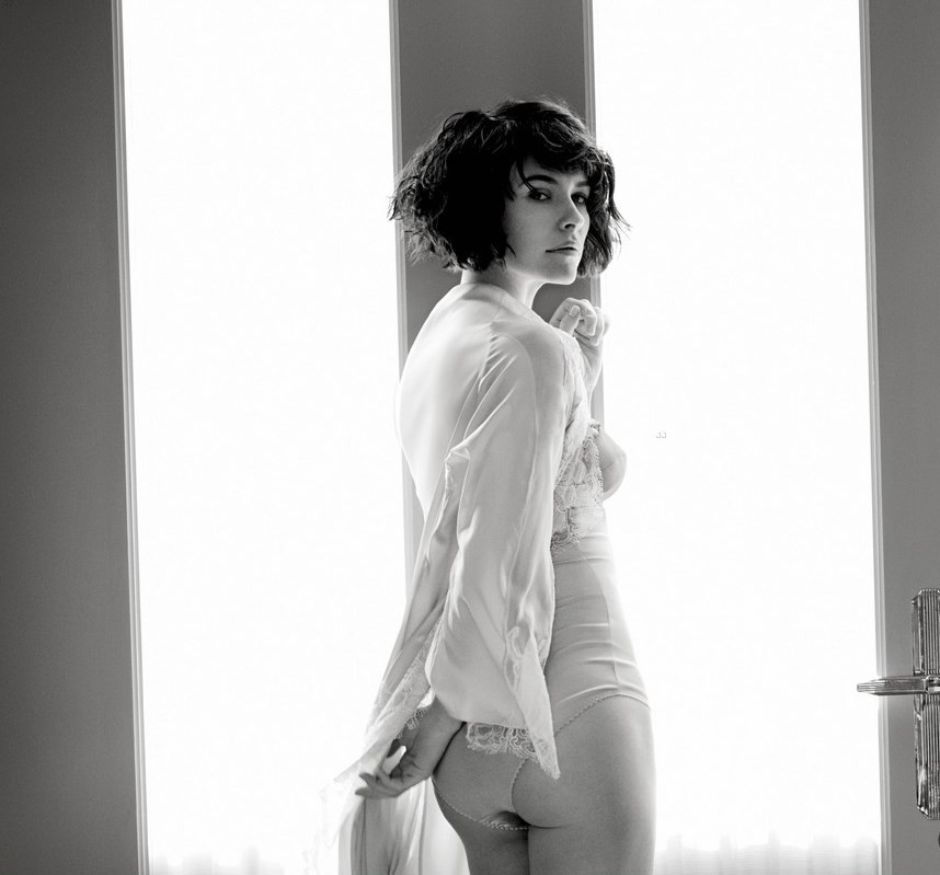 evangeline-lilly-strips-down-to-her-lingerie-for-e