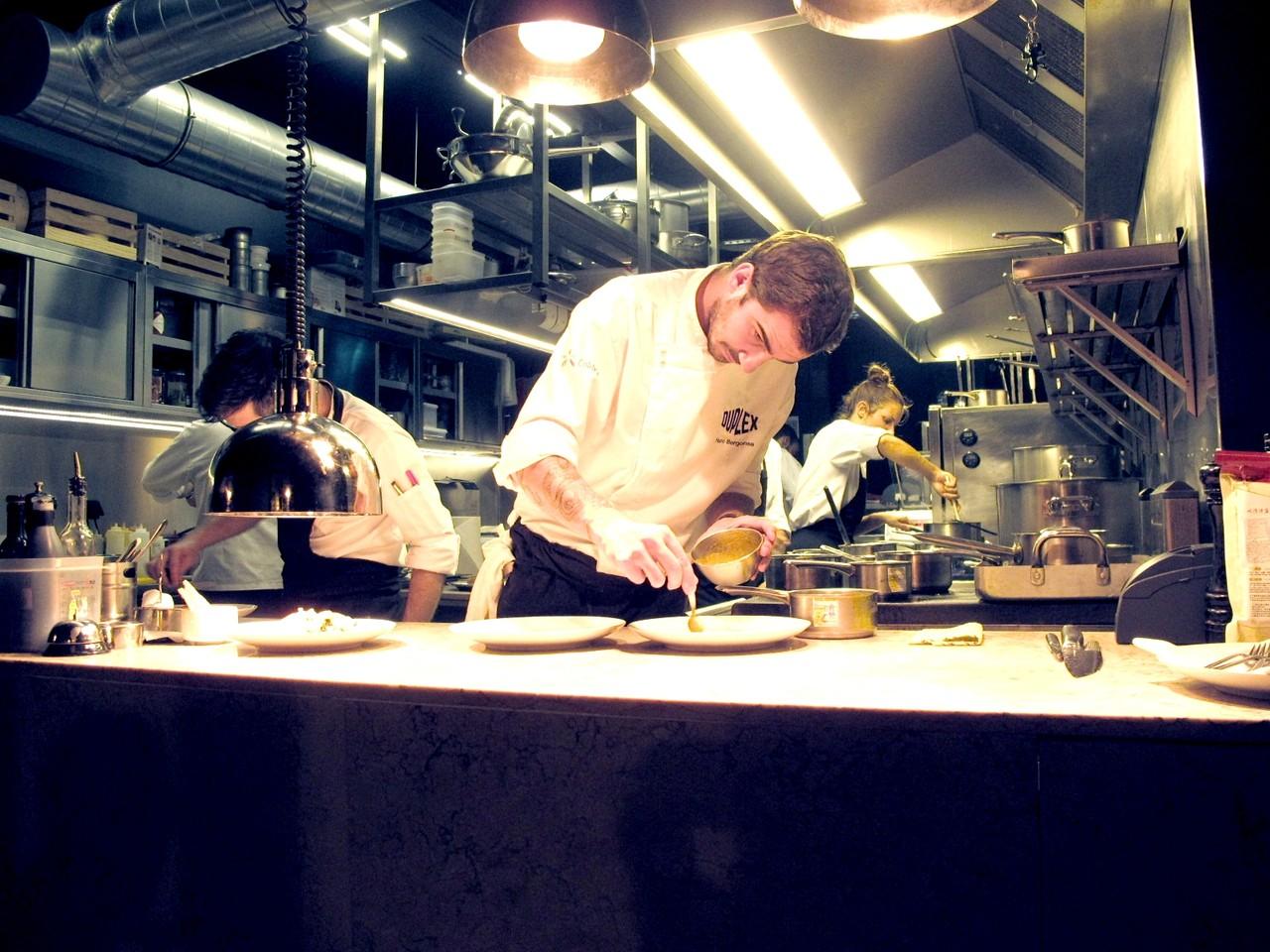 A cozinha do DUPLEX vista da Mesa do Chef
