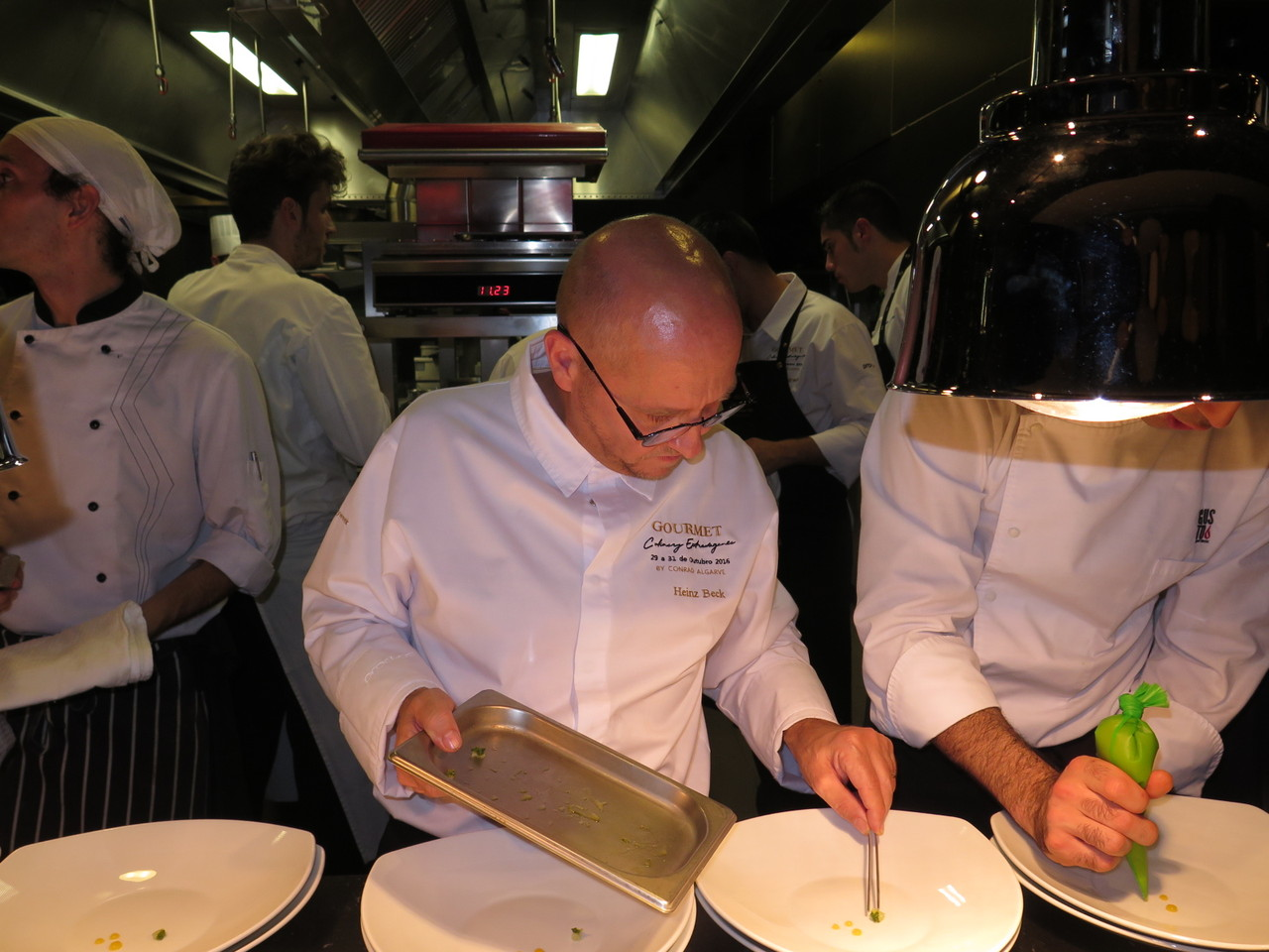 Heinz Beck ajudando no prato de Paolo Casagrande