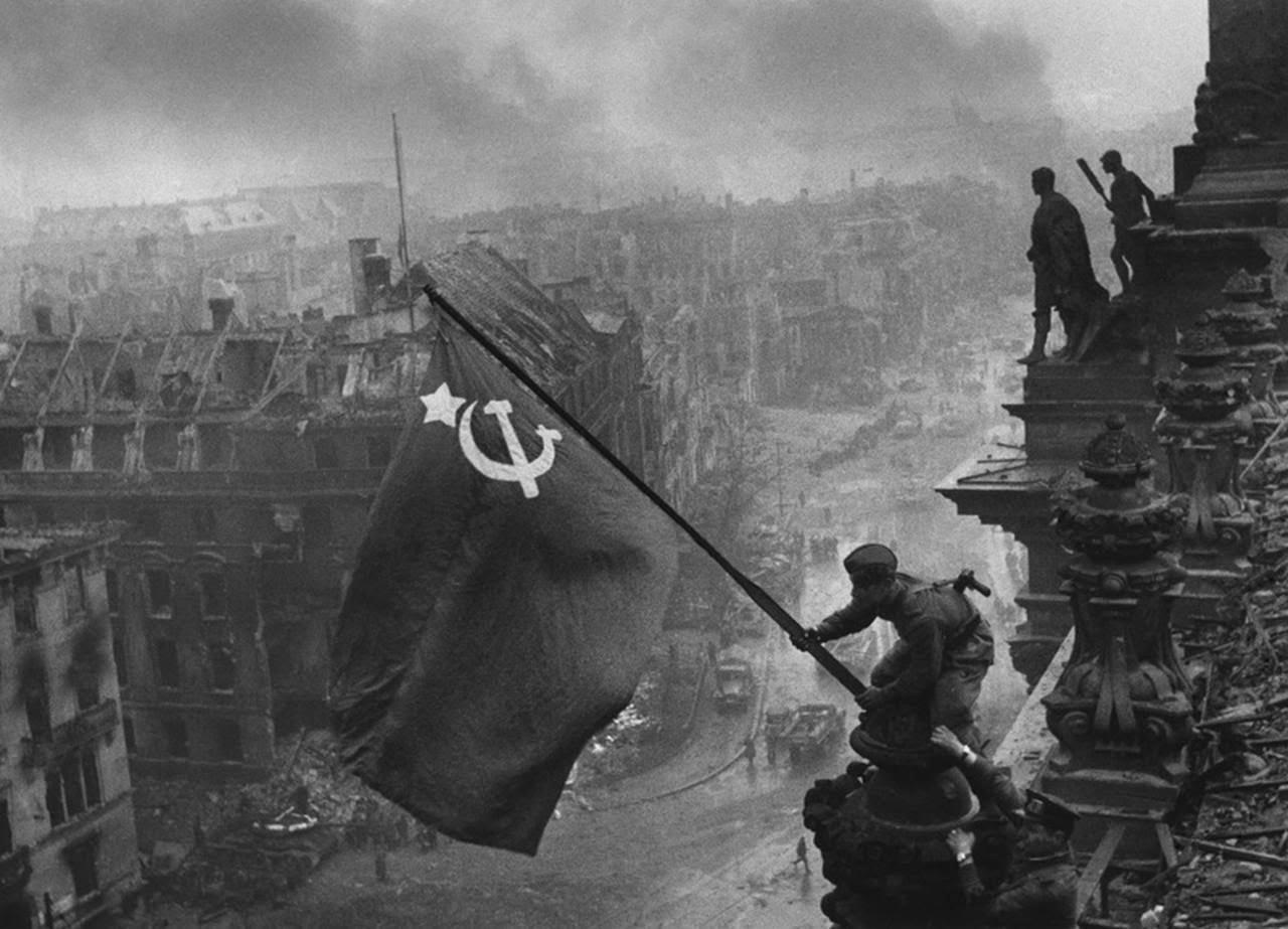 Soldado Bandeira URSS Reichstag Berlin 1945