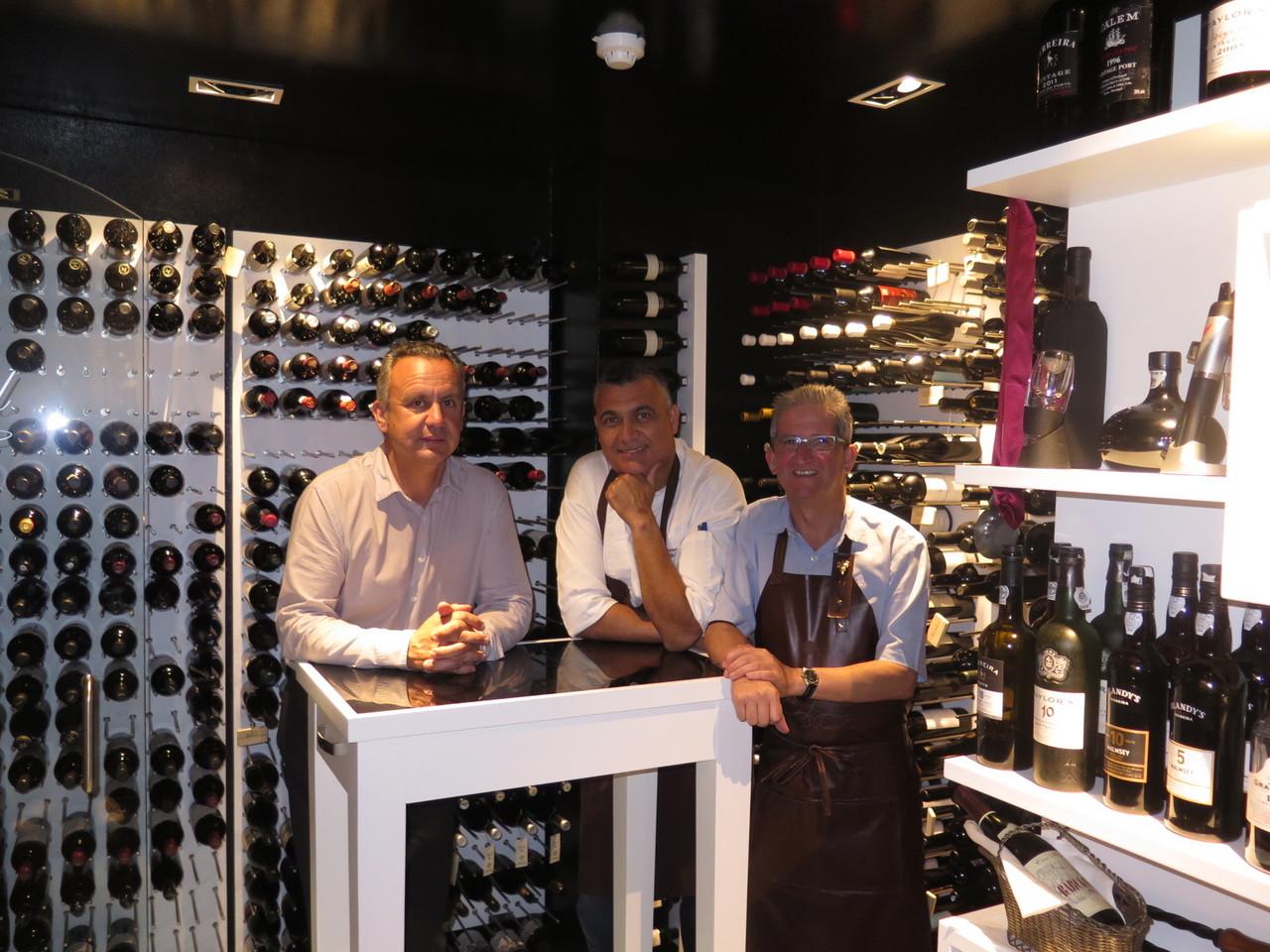 Na sala inicial da garrafeira: Delfim João, Leonel Pereira, Victor d'Avó