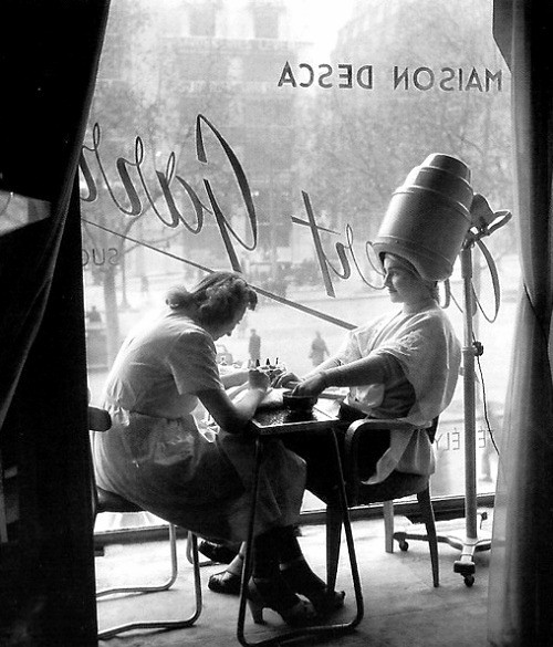 La coiffeuse, Paris, 1950, a photo by Robert Doisn