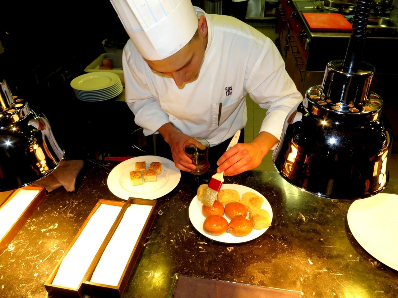 Giacomo Troisi finalizando 4 pães de café com óleo de avelã