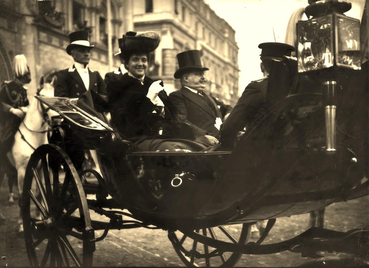 El-Rei D. Carlos, Rainha D.ª Amelia e Infante D. Manuel, Lisboa (A. C. Lima, ante 1908)