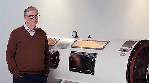 Bill Gates junto de um pulmão de aço.jpg