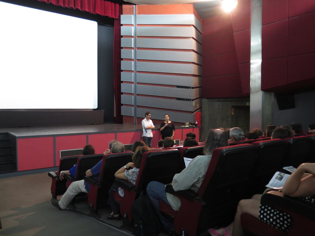 Anna Lins apresentando o filme Uma Pastelaria em Tóquio