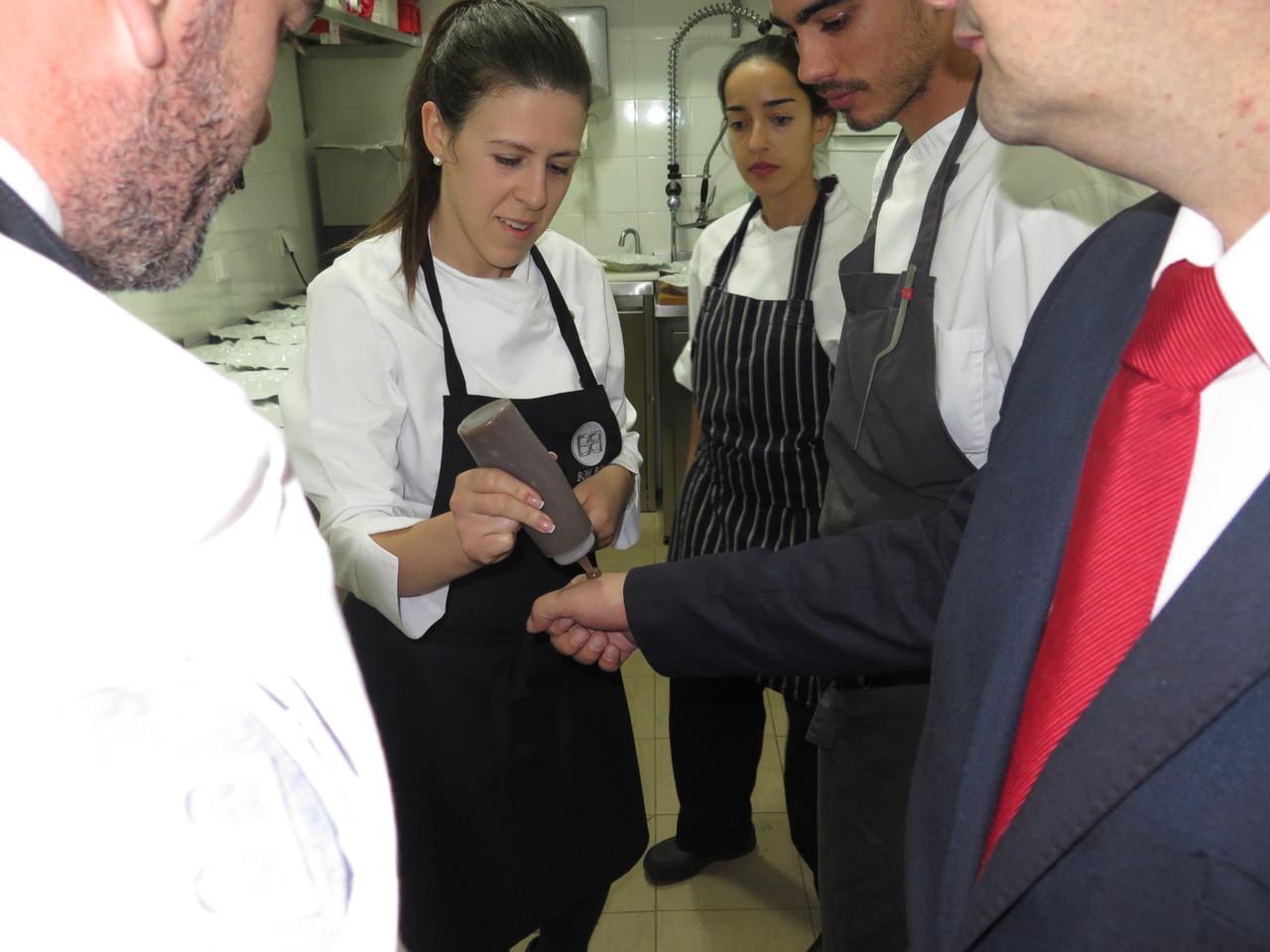 Nadia Carrasco dando a provar a Alexandre Silva e João Chambel o gel de vinagre de cidra