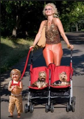 Passear a filha, passear com o cão. O mundo às avessas!