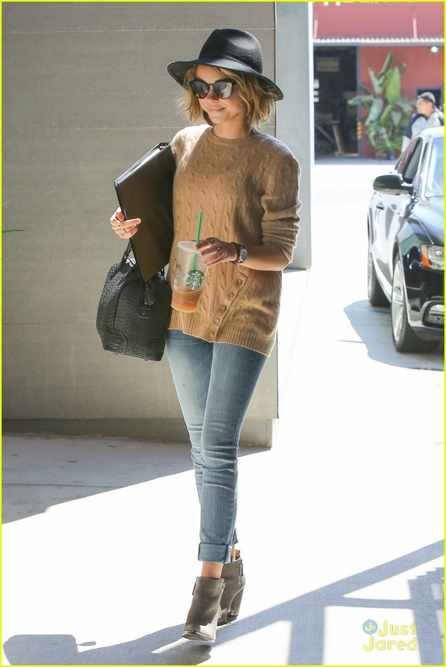 sarah-hyland-business-meetings-friday-errands-14.j