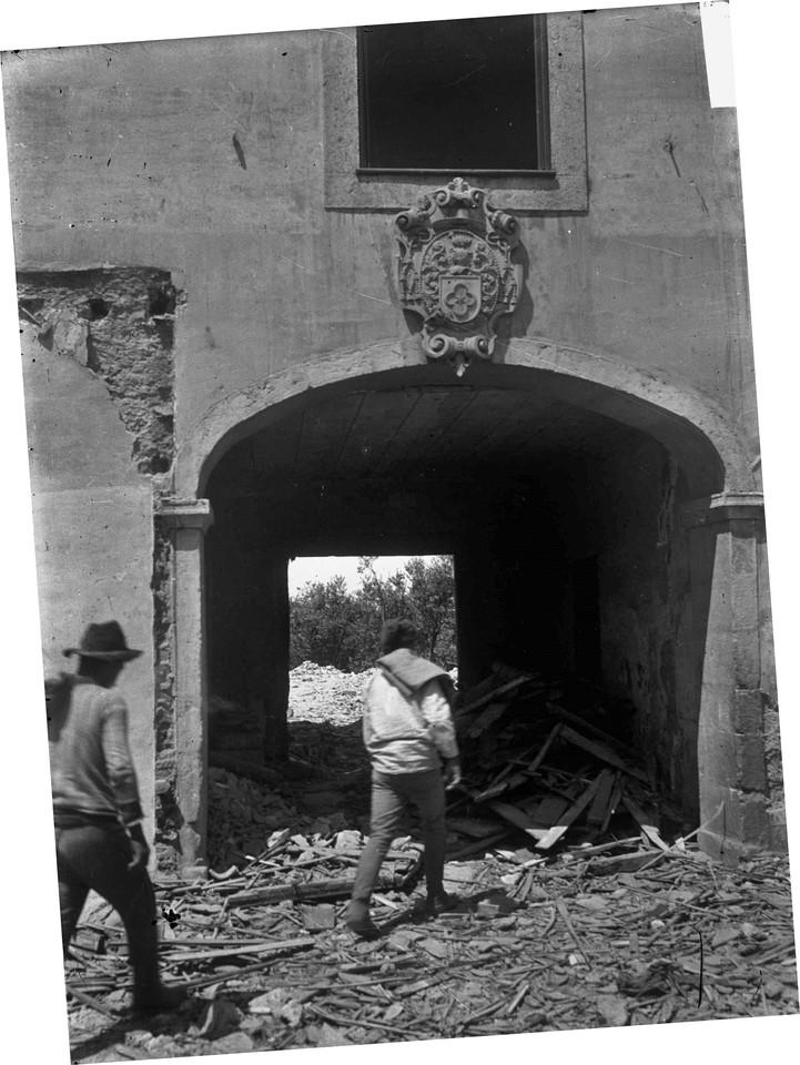 Demolição do Palácio dos Condes de Soure no Monte Agudo, Lisboa (J.A.L.Bárcia, c. 1916)
