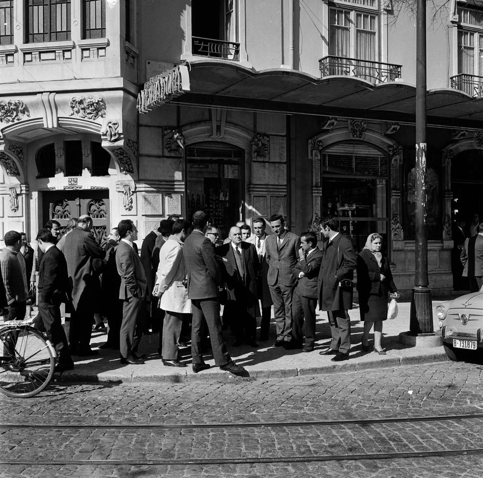 Visita do Presidente da Câmara Municipal de Lisboa, França Borges, aos semáforos de sinalização eléctrica, Campo de Ourique (A. Serôdio, 1970?)