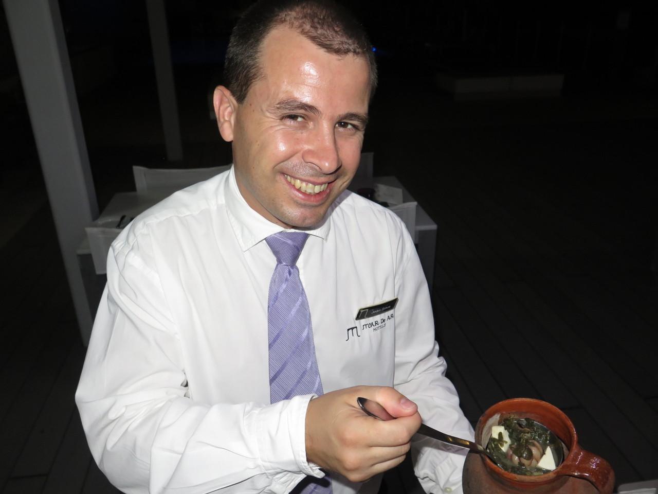 João Silva e o cântaro de barro em que é feita a sopa de beldroegas