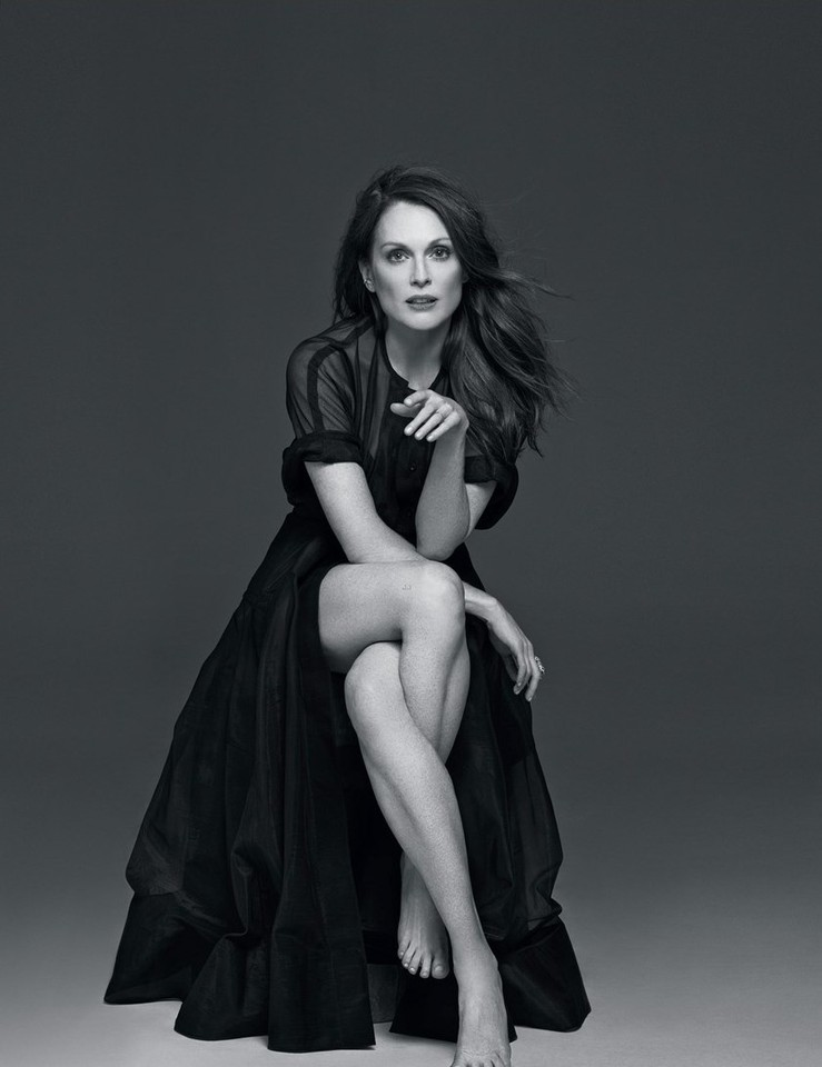 julianne-moore-gets-sexy-for-beach-magazine-01.jpg