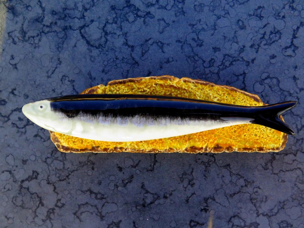 A sardinha original de Bordallo Pinheiro… agora com uma fatia de broa