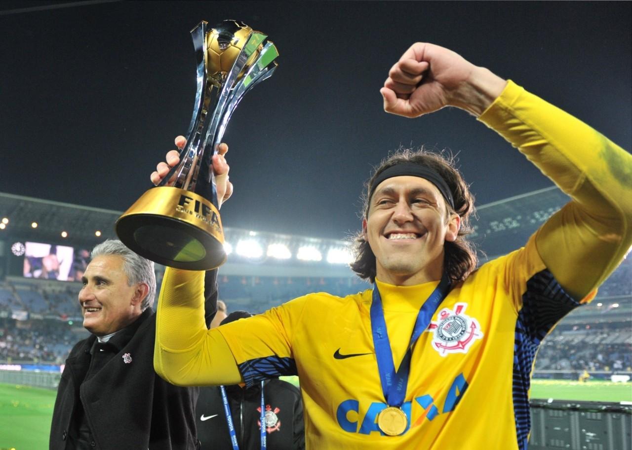 16dez2012---com-a-taca-do-mundial-de-clubes-da-fif