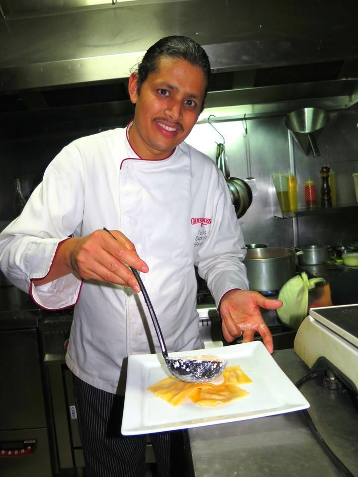 Tanka Sapkota na cozinha do COME PRIMA