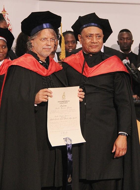 Mia-Couto-exibindo-o-Certificado-do-doutoramento-H